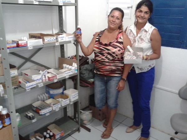 Diretora do PSF, Daniela (de branco), mostra o estoque variado de medicamentos.