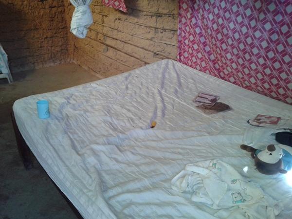 Na hora da invasão, família dormia nesta cama.