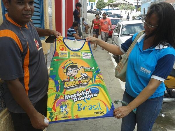 Internauta Lan, um dos diretores do bloco e a camisa para o carnaval deste ano.