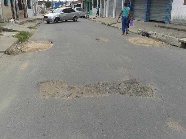 Internautas reclamam da proliferação dos buracos na Rua dos Cajueiros.