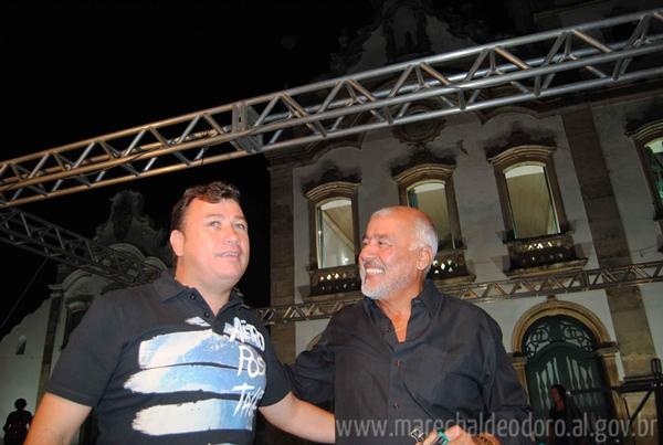 Prefeito Cristiano Matheus ao lado do cantor lírico que se apresentou no Largo do Convento Franciscano.