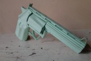 Arma de papel tem detalhes de um revólver real (Foto: Fernando Ivo/Arquivo pessoal)