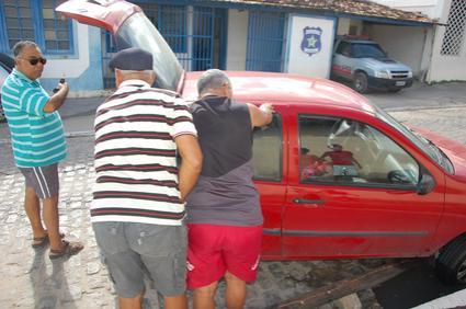 Foi preciso a ajuda de populares para retirar o veículo. (foto: Sandro Quintela)