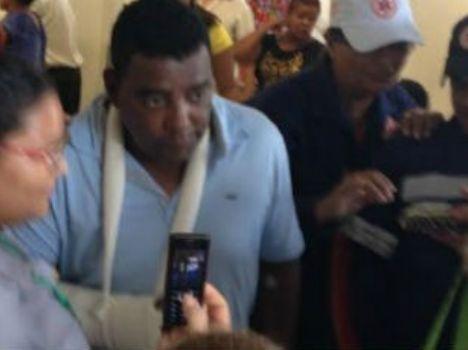 O vocalista, Luis Carlos, teve o braço direito enfaixado após fratura.