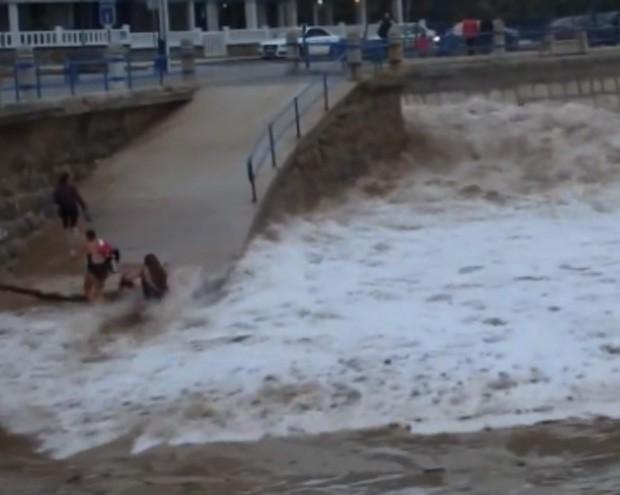 Água chegou rápido demais e acabou levando banhista arrastada (Foto: Reprodução/Live Leak/Oneirishman)