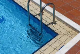 Naisla Cestari Loyola pulou na piscina de sua residência e chegou a ser retirada com vida, mas não resistiu