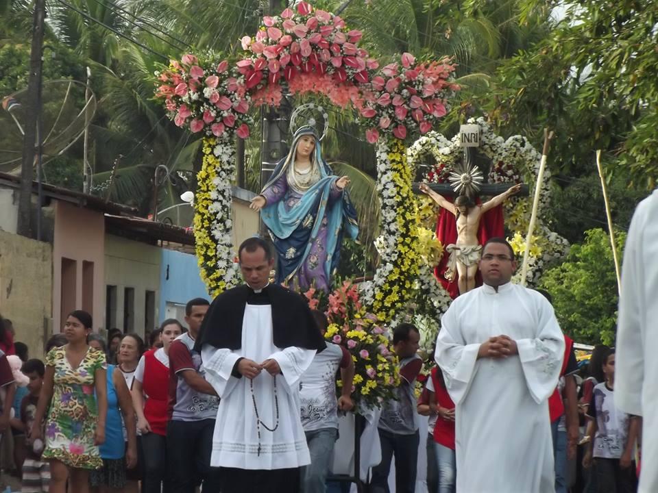 Procissão seguiu pelas principais ruas de Taperaguá.
