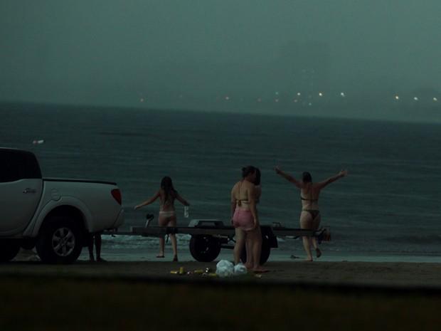 Turista estava de braços abertos caminhando em direção ao mar (Foto: Rogério Soares/Jornal A Tribuna )