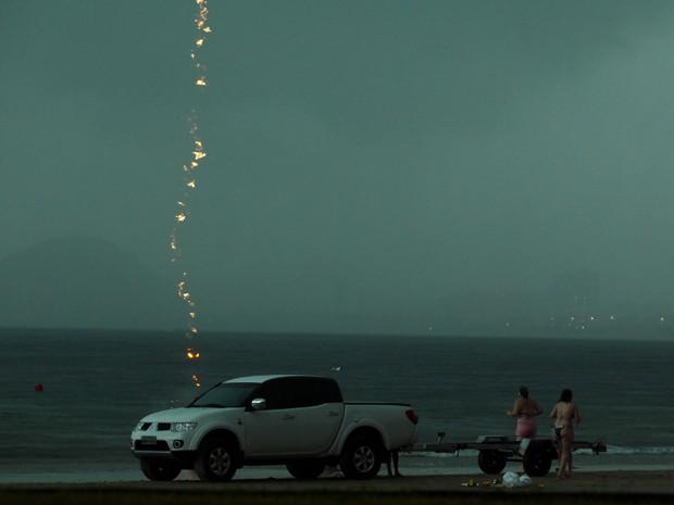Fotógrafo registra descarga elétrica caindo no mar (Foto: Rogério Soares/Jornal A Tribuna)