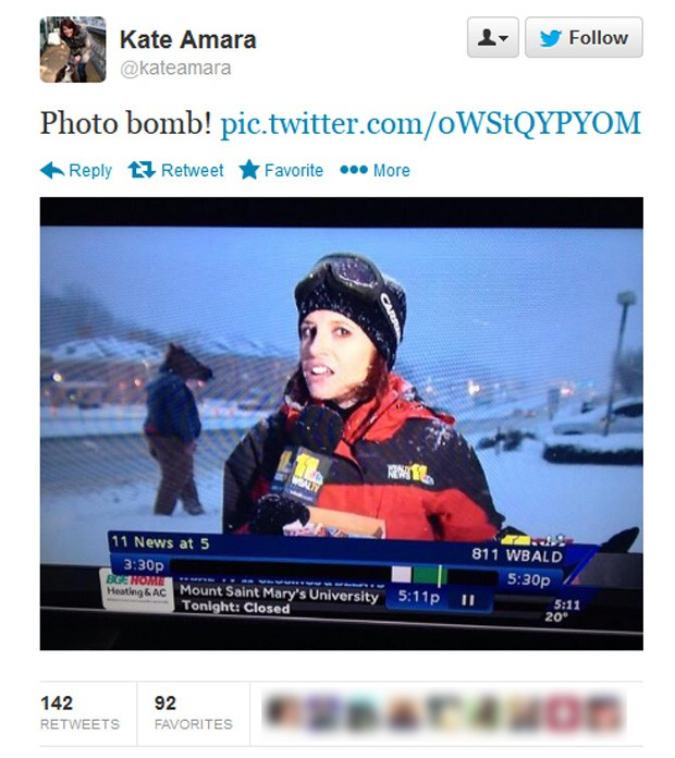 Após transmissão, repórter postou em sua página no Twitter imagem que flagra 'intrometido' passando com máscara ao fundo (Foto: Reprodução/Twitter/Kate Amara)