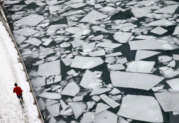 Foto mostra o Rio Chicago parcialmente congelado em 19 de dezembro de 2013 (Foto: Jim Young/Reuters
