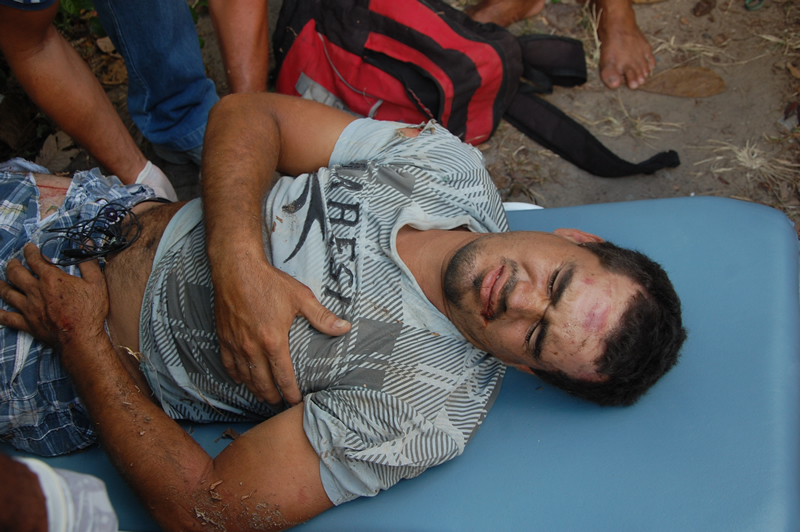 Vítima foi socorrida por uma viatura do SAMU. (foto: Sandro Quintela)