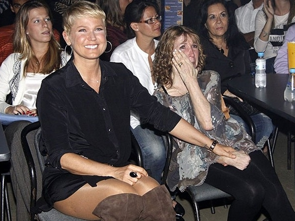 EM 2011, XUXA FOI FOTOGRAFADA COM SUA MÃE, DONA ALDA, EM UM SHOW DA DUPLA VICTOR
