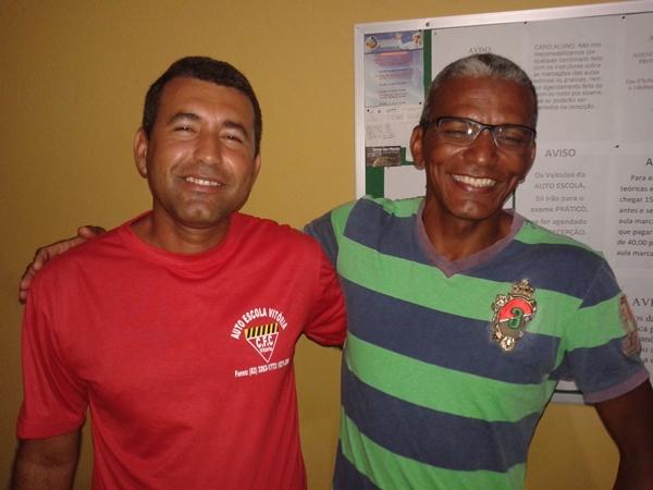 Neto, diretor da auto escola ao lado de um dos alunos, Negão do Capeta.