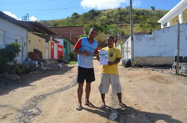 André do MN ao lado do comerciante Roque e uma das ruas do loteamento Peroba.