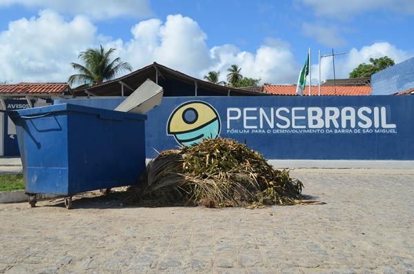Até na porta da Ong fundada pelo prefeito o lixo se acumula.
