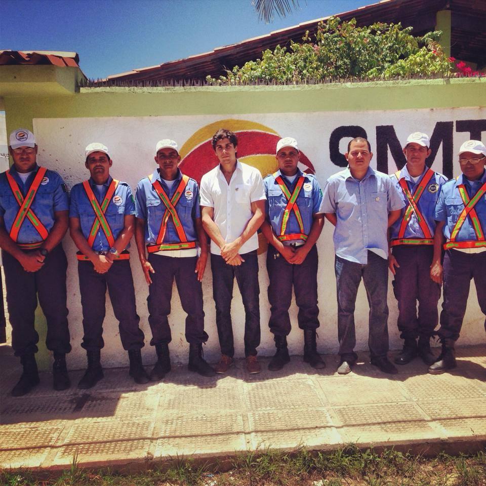 Prefeito Zezeco (de branco), o diretor da SMTT, Jr. Bene e agentes. (foto: reprodução: facebook)