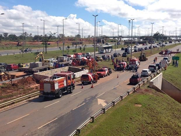 Bombeiros fazem atendimento a feridos em rompimentom de adutora na EPTG, no viaduto que dá acesso ao Jóquei (Foto: Lucas Salomão/G1)