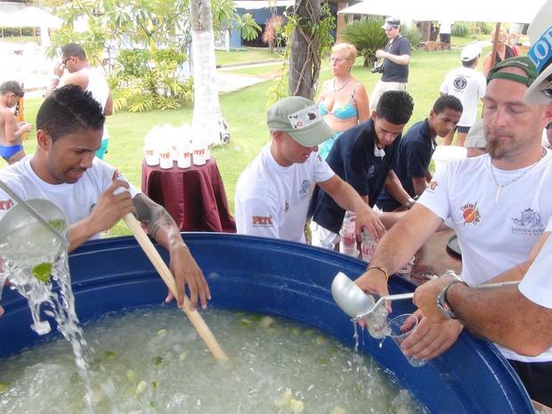 Drink típico do Brasil foi preparado dentro de uma caixa de água de 600 litros (Foto: Carolina Sanches/G1)
