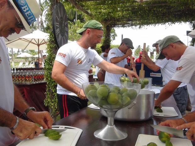 Equipe cortou centenas de limões para o preparo da bebida em Paripueira. (Foto: Carolina Sanches/G1)