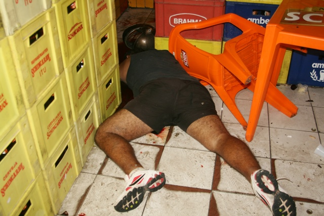 Uma das vítimas mortas no centro de Maceió.