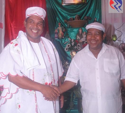 Médiuns Antonio e Luis Baiano durante a cerimônia religiosa.