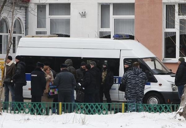 Policiais e autoridades em frente à escola onde ocorreu tiroteio nesta segunda-feira (3), na periferia de Moscou, na Rússia