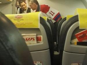 Homem fala com comissários de bordo depois que o avião foi forçado a descer em Istambul (Foto: Cihan News Agency/AFP)
