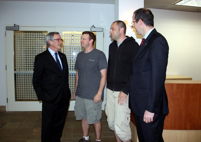 Brian Acton e Jan Koum (ao centro) em reunião com o político catalão Xavier Trias, prefeito de Barcelona. WhatsApp passou a ameaçar Facebook ao atrair os usuários mais jovens
