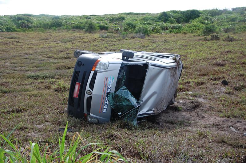 Veículo capotou enquanto trafegava na AL-101 Sul. Foto: (Sandro Quintela)