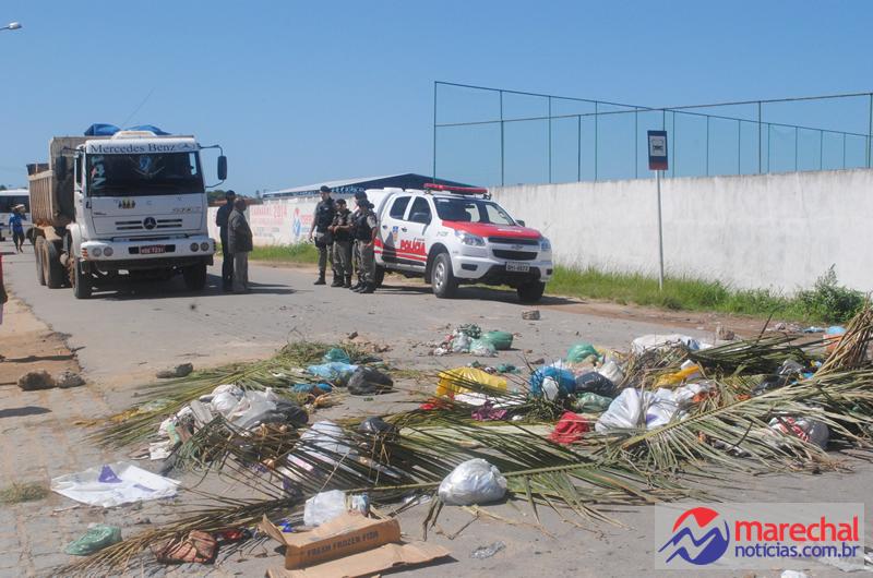 Lixo foi espalhado por toda extensão da via. (foto: Gabriel Monteiro)