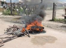 Funcionários atearam fogo na entrada da construção. (Gabriel Santos)