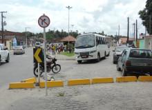 Mesmo indicando que é contramão, motociclista trafega pela via. (foto: Gabriel Santos)