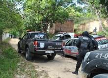 Policiais seguiram em perseguição por uma estrada de barro
