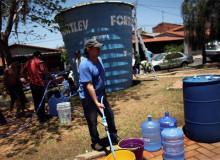 Moradores de Itu dependem, há nove meses, de contêineres e tanques de água para