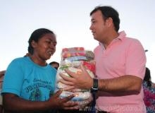 Prefeito Cristiano Matheus, durante entrega de cesta básica a famílias carentes do município.