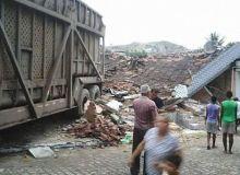Reboque de caminhão invade residência e mata criança de 3 anos