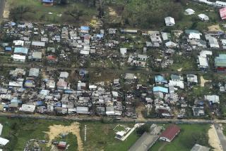 Imagem aérea mostra residência destruídas pelos ventos do tufão Pam em Vanuatu, que chegaram a 320 km/h