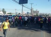 Estudantes bloquearam na sexta-feira (27) avenida em protesto para cobrar o passe livre. (Foto: André Feijó/TV Gazeta)