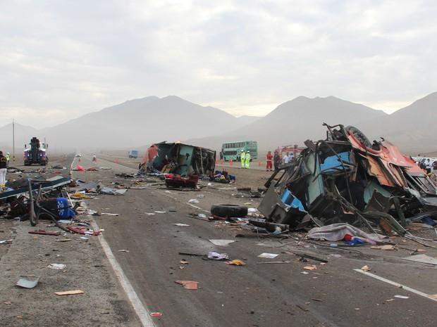 Escombros de um ônibus de passageiros em uma rodovia costeira após colisão com diversos veículos em Huarmey, no Peru (Foto: Magali Estrada/AP)