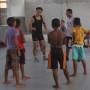 Edson Kudo, ao centro, durante treinamento com atletas da Barra Nova.