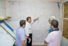 Prefeito mostra aos engenheiros o Largo do Carmo pela topografia (Foto: Luana Karine)