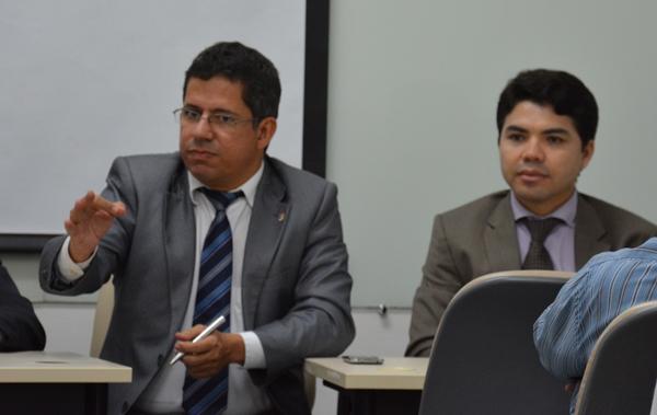 Promotor Dr. Sílvio Azevedo, ao lado do Juiz Dr. Hélio Pinheiro.