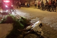 Homem foi atingido com quatro tiros e morreu no local   FOTO: LIVIA LEÃO